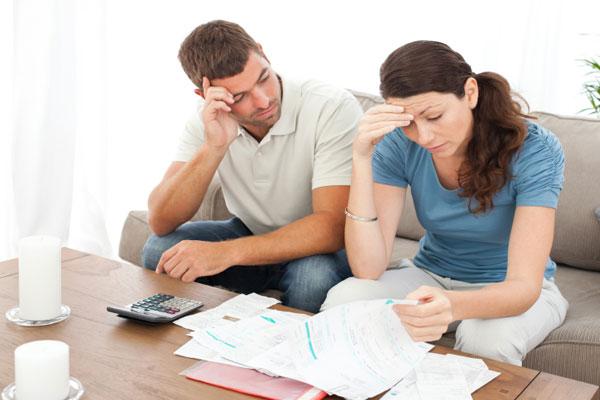 Familie mit unbezahlten Rechnungen
